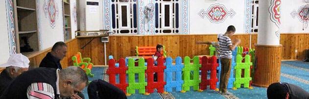 Camide çocukların oyun oynaması caiz midir?