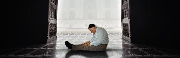 Hasta, belinden, ayağından veya dizinden rahatsız olan bir kişi, oturarak ya da sandalyede namaz kılabilir mi; kılabilirse bu nasıl olmalıdır?