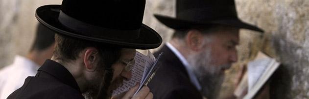 """Yahudiler lanetli mi? """"Yahudiler lanetlenmiştir."""" şeklinde bir ayet veya hadis var diye hatırlıyorum. Bunu nasıl anlamalıyız?"""